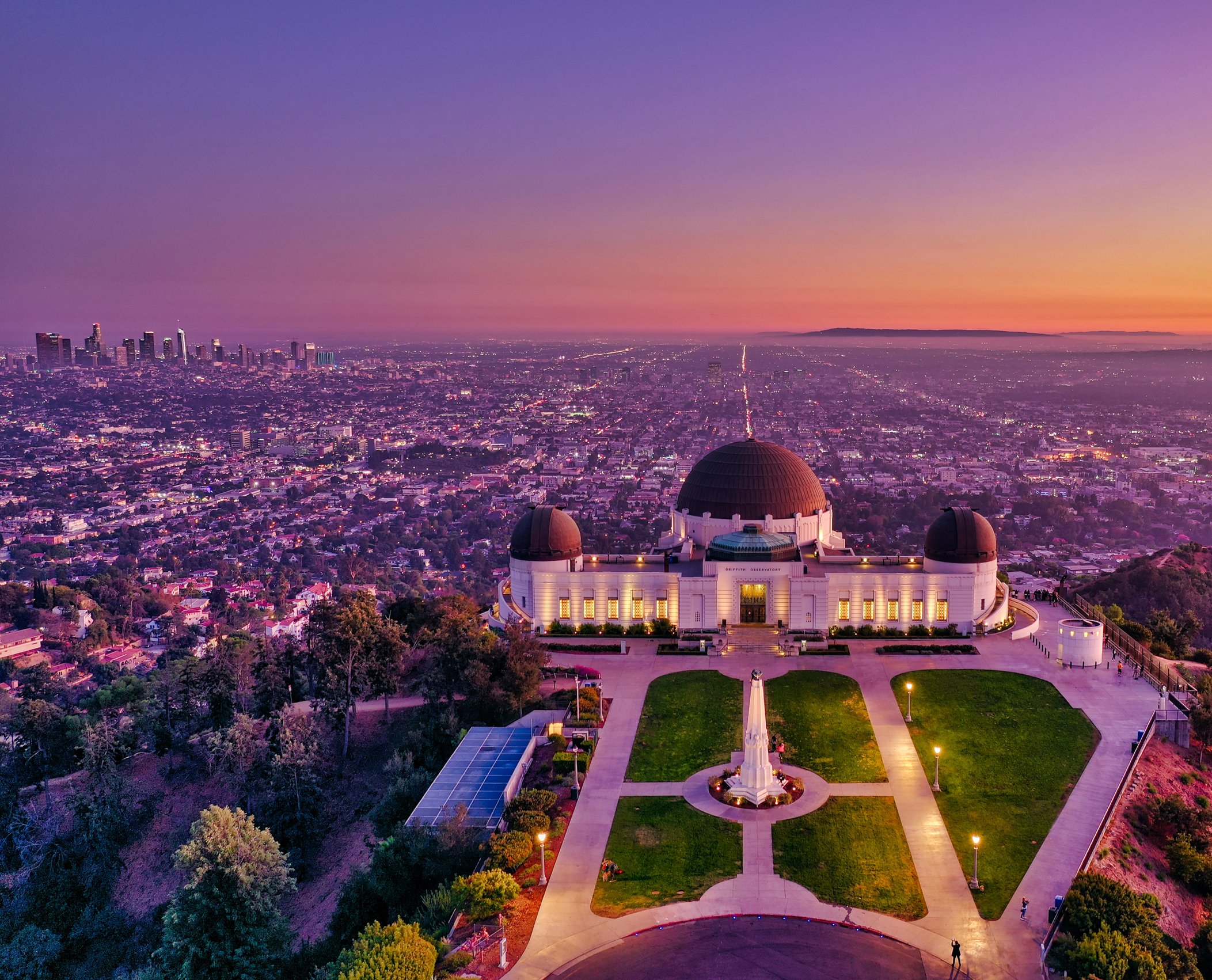 Griffith Observatory by night. Photo by Cameron Venti (https://unsplash.com/photos/PiqHSHYO3Uw).